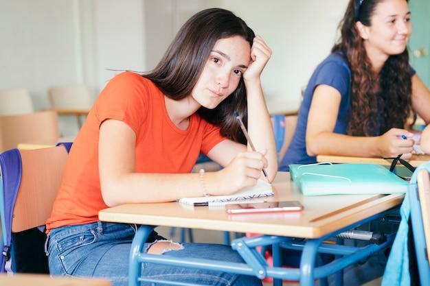 Ragazza annoiata durante la classe
