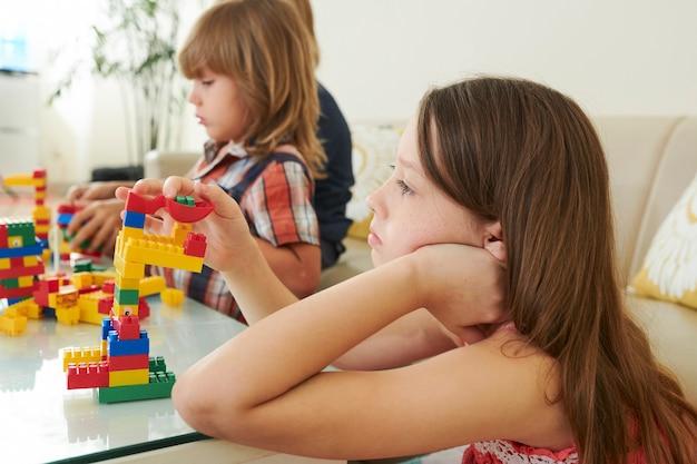 장난감 블록을 가지고 노는 지루한 소녀