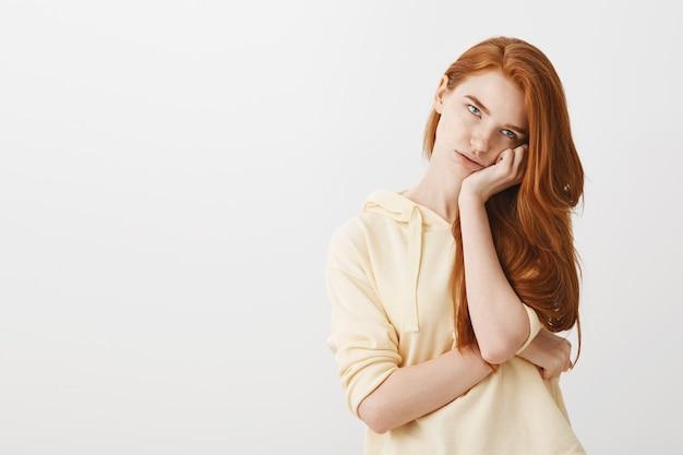 退屈赤毛の女の子の目のロールとfacepalm