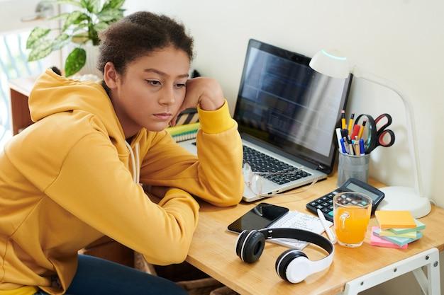 Скучно школьница учится дома