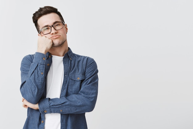 Скучающий студент слушает без интереса