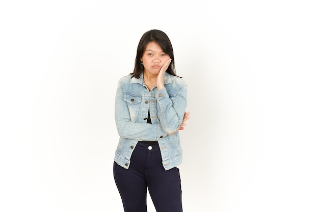 白で隔離のジーンズジャケットと黒のシャツを着ている美しいアジアの女性の退屈なジェスチャー