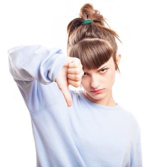 Скучно девушка делает отрицательный жест