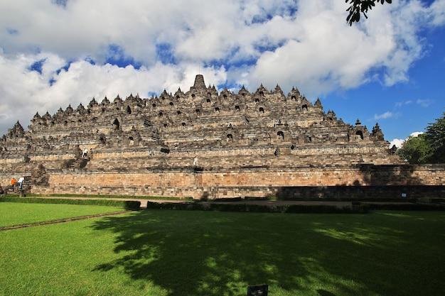Боробудур, великий буддийский храм в индонезии.