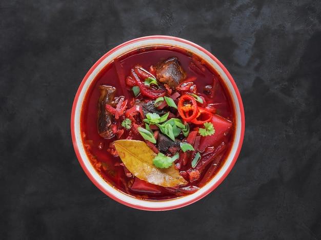 Borsch- 우크라이나 요리의 검은 표면 전통적인 요리에 흰색 그릇에 사탕 무 우 수프. 평면도.