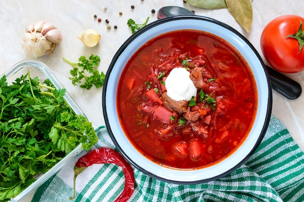보쉬는 테이블에 그릇에 전통적인 우크라이나 요리입니다. 맛있고 건강한 점심. 평면도, 평평한 바닥.
