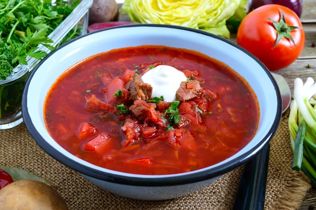보쉬는 테이블에 그릇에 전통적인 우크라이나 요리입니다. 맛있고 건강한 점심.