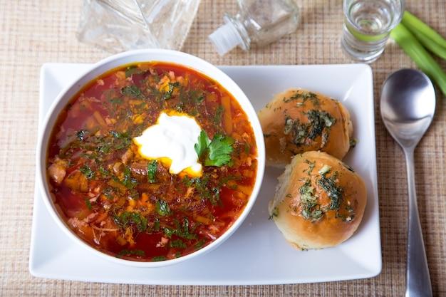 Борщ / борщ. традиционный русский и украинский суп.
