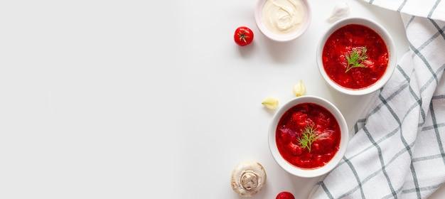 Борщ или традиционный украинский суп из свеклы, помидоров, капусты, моркови и мяса в керамике.