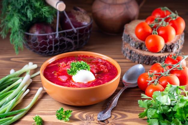 보르시. 사 우 어 크림 나무 배경에 그릇에 빨간 수프. 국립 우크라이나 또는 러시아 붉은 야채와 고기 수프