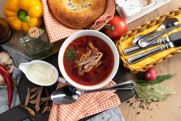 サワークリームとボルシチ-野菜と牛肉で作られた伝統的なウクライナのスープ