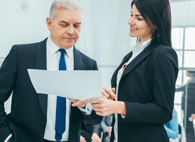 Босс и помощник обсуждают деловой документ. бизнес-концепция