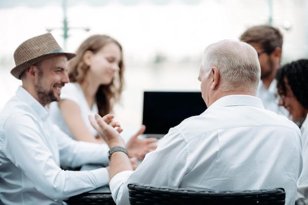 Босс и бизнес-команда обсуждают новые идеи