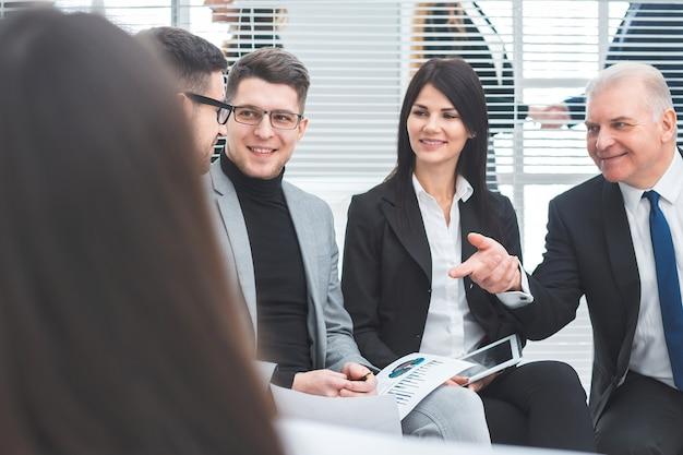 財務指標についてワーキンググループと話し合う上司。ビジネスコンセプト