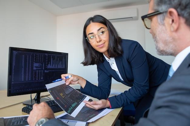 Capo ed esperto finanziario che discute della strategia di trading, studiando i dati finanziari. colpo del primo piano. broker concetto di lavoro