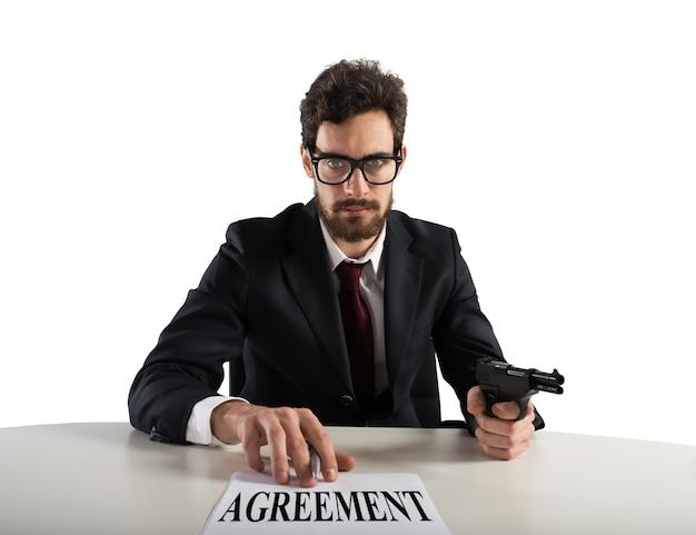 ボスは銃で脅して契約書に署名するように強制します