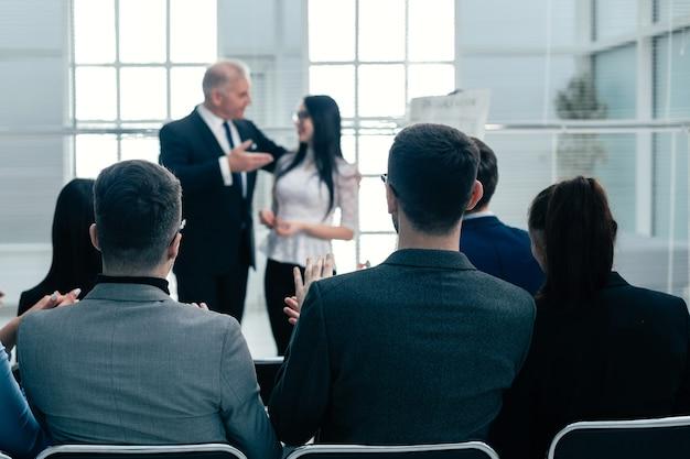 ビジネスプレゼンテーションでスピーカーを紹介する上司。ビジネスコンセプト