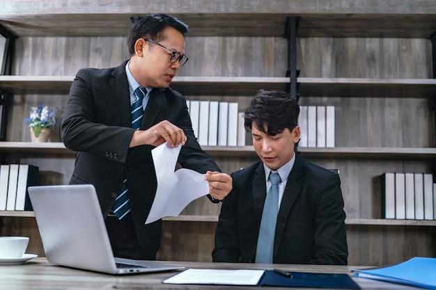 Босс злится на сотрудников за неправильную работу.
