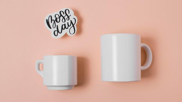 Disposizione del giorno del capo con tazze