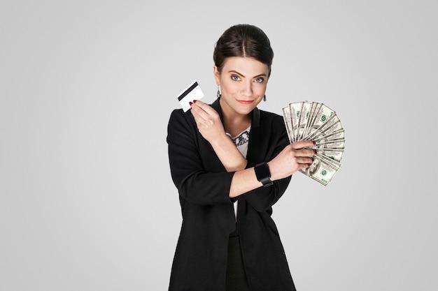 현금 달러와 신용 카드를 보여주는 보스