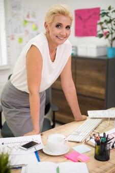 彼女のオフィスのインテリアで働く上司