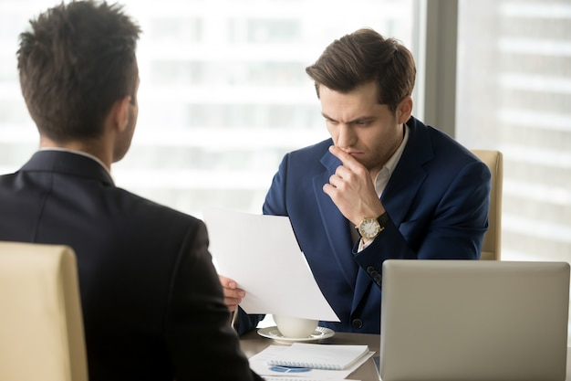 Босс волнуется из-за плохого годового отчета компании