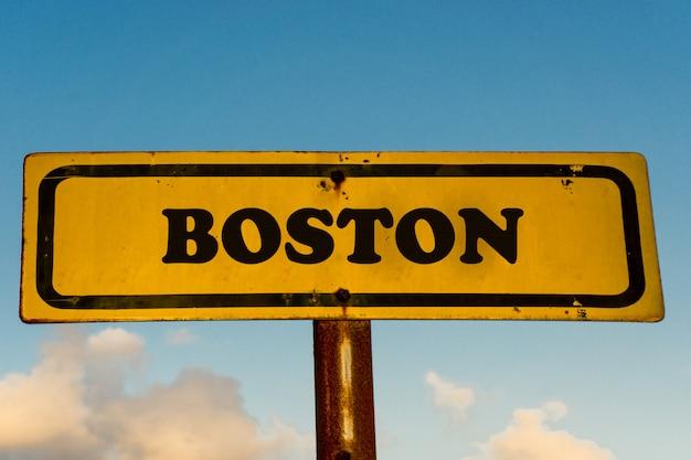 푸른 하늘 가진 보스턴시 오래 된 노란색 기호