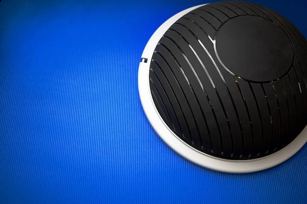Современный спортивный мяч bosu на синем коврике сверху