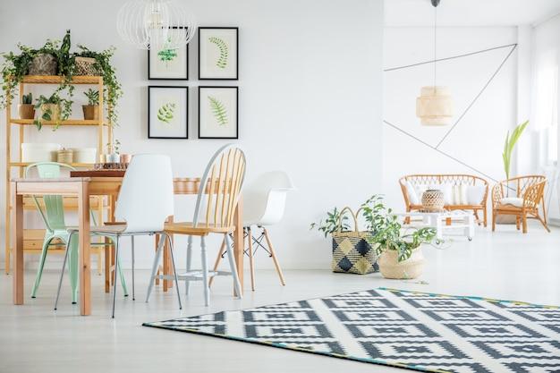 テーブル付きの植物食堂