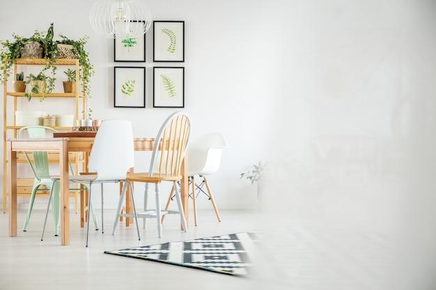 ダイニングテーブル付きの植物室