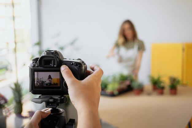 비디오 클립을 기록하는 식물 블로거