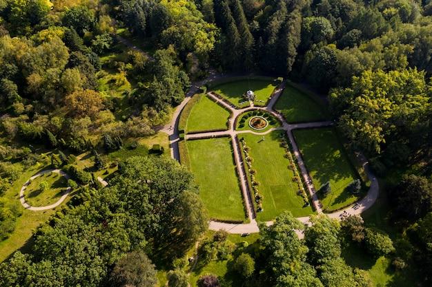 ミンスク市の植物園。英国式の緑豊かな庭園。ベラルーシ。