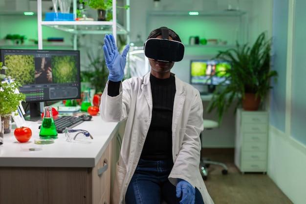가상 현실을 사용하여 연구를 하는 식물학 유전 과학자
