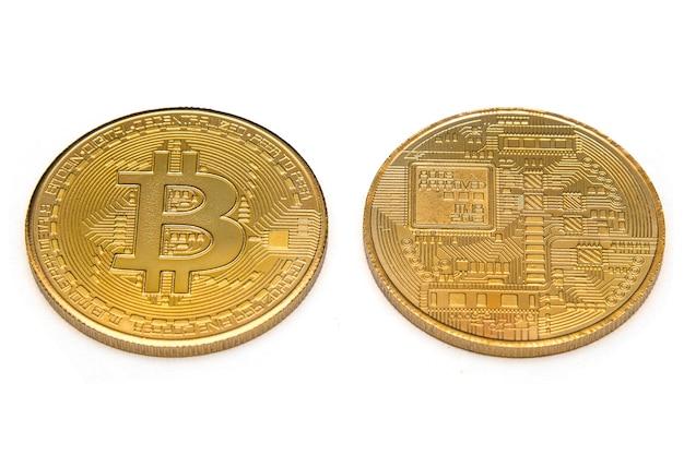 실제 황금 bitcoin 흰색 배경에서 격리의 양쪽.