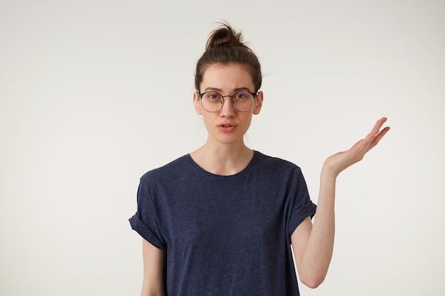 La studentessa infastidita e infastidita alza una mano