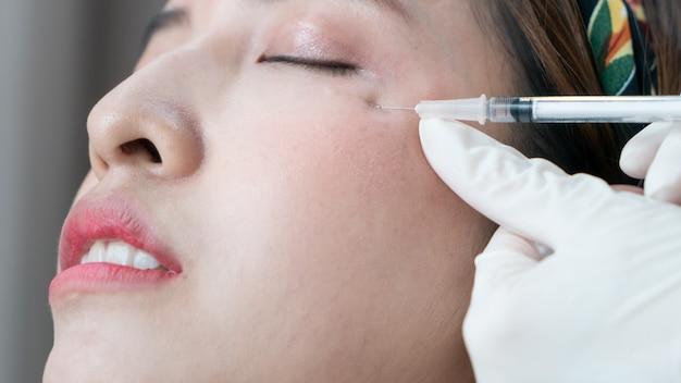 보톡스, 아시아 여성 얼굴 용 필러 주입. 미용 클리닉에서 성형 미적 안면 수술.