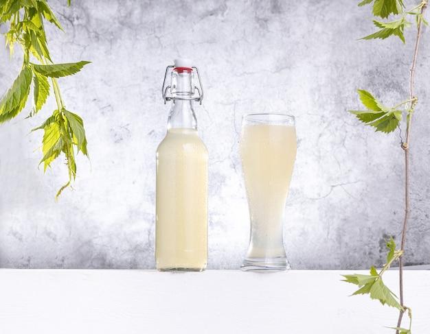 Бутылка и стакан домашнего имбирного пива