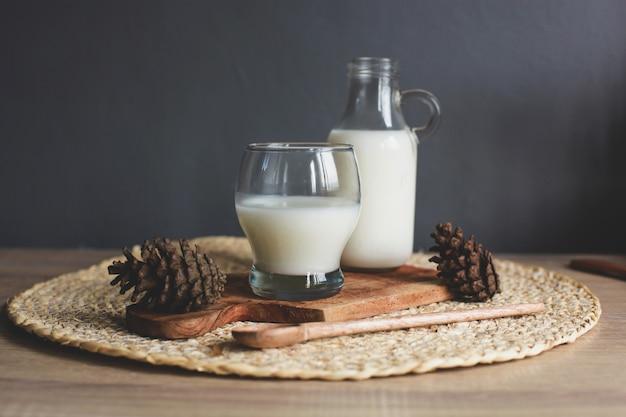 병 및 나무 보드에 맛있는 우유의 유리