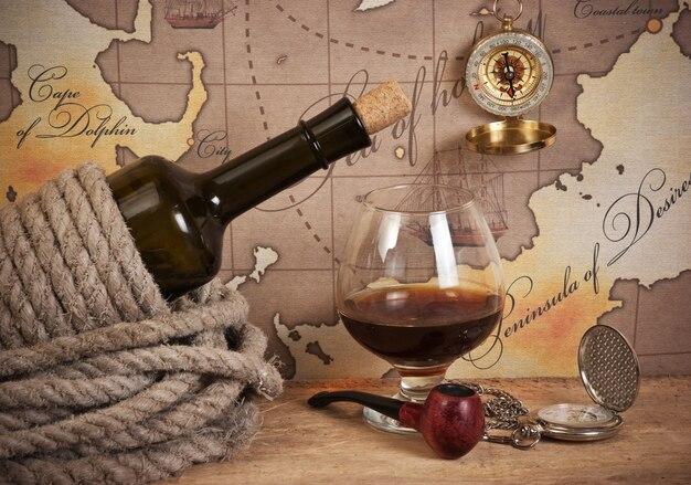 ボトルと古い地図のスペースにワインのグラス