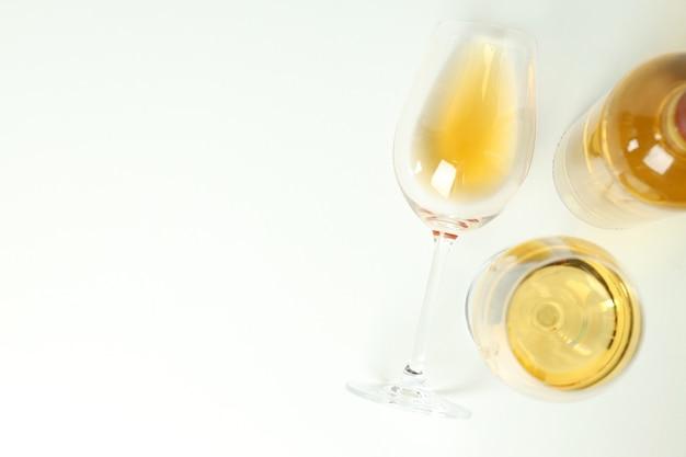 白い背景の上のワインのボトルとグラス