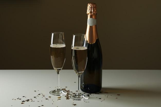 Бутылка и бокалы с шампанским и блестками