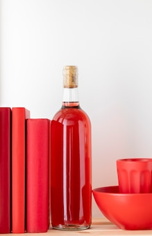 Disposizione di bottiglie e libri