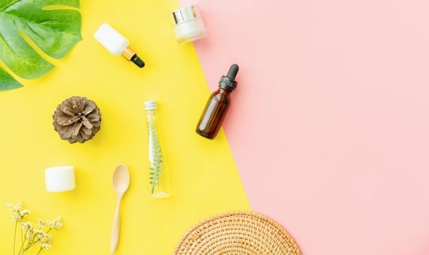 ボトルクリーム、美容製品ブランドのモックアップ。ピンクと黄色の平面図です。
