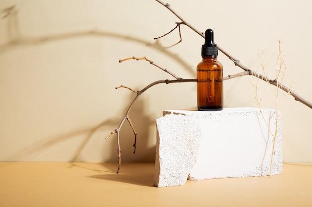 베이지색 배경에 스포이드가 있는 병 어두운 유리. 스킨케어 개념을 위한 천연 화장품. 천연 재료. 복사 공간