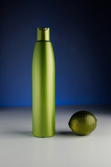 Бутылка для шампуня на синем фоне