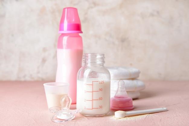テーブルの上の粉ミルクとアクセサリーのボトル