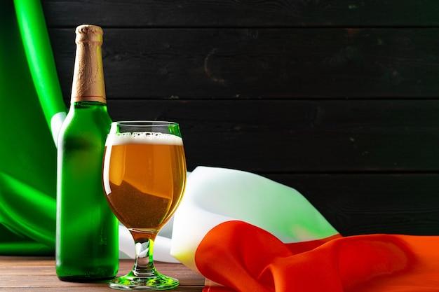 アイルランドの旗に対してビールのボトル