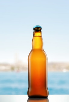 木製のテーブルにビールのボトル
