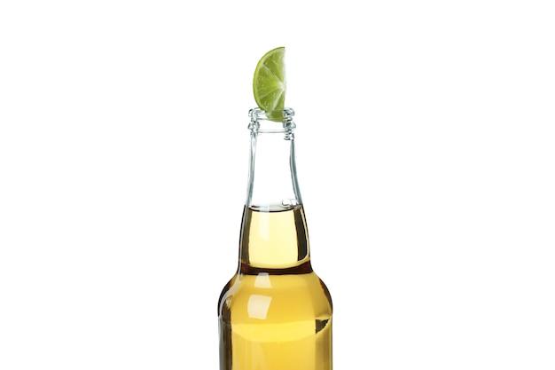 白い背景で隔離のライムとビールのボトル