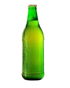 흰색 배경에 절연 물 방울과 맥주 한 병.